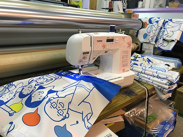のぼりを縫製