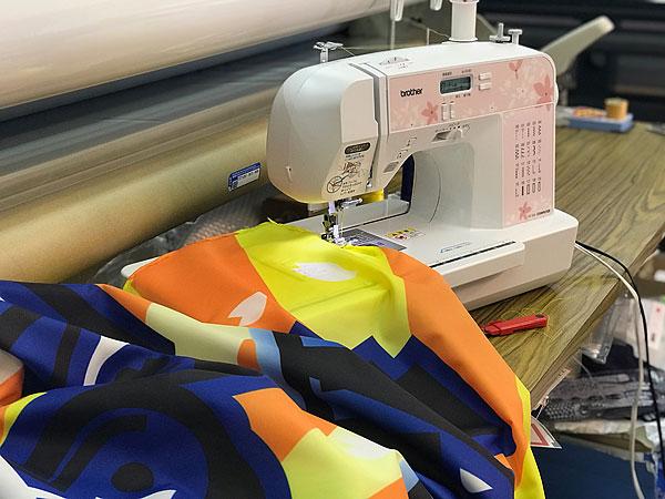 応援旗縫製作業