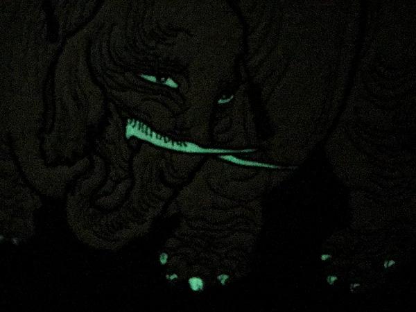 夜光る刺繍