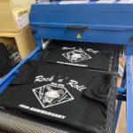 オリジナルTシャツをプリンターで印刷する工程なの。