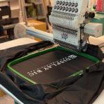 ナイロン製スタッフジャンパーに刺繍で社名入れ
