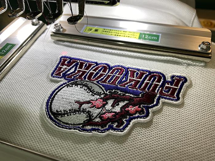 ポロシャツに縫い付ける刺繍ワッペン